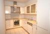 Im Stadtvillenwohnparkt! Gepflegte 3-Zimmer-Gartenwohnung mit Einbauküche in Büderich - Küche